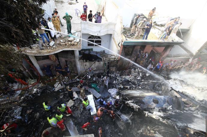 HAY 97 MUERTOS POR ACCIDENTE AÉREO EN PAKISTAN