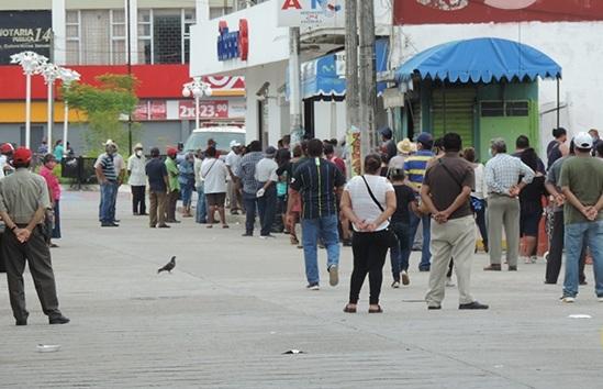 CIERRE DE BANCOS Y PAGO DE PENSIÓN Y QUINCENA, SATURA CAJEROS DE COSAMALOAPAN