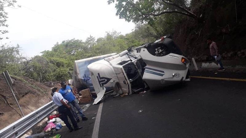 VOLCADURA PROVOCA RAPIÑA DE LÁCTEOS EN AUTOPISTA LA TINAJA-COSAMALOAPAN