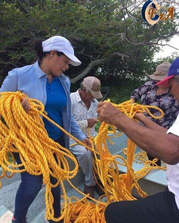 CELIA LLEVA CUERDAS PARA CONTENER LIRIO ACUATICO EN IXMATLAHUACAN