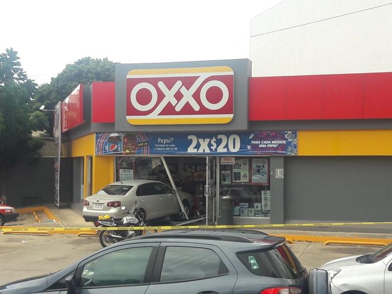 CONDUCTORA TERMINA DENTRO DE UN OXXO EN COATZA