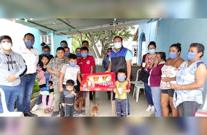 PEPE CHIUNTI REGALA ROSCA DE REYES EN FAMILIAS DE COSAMALOAPAN