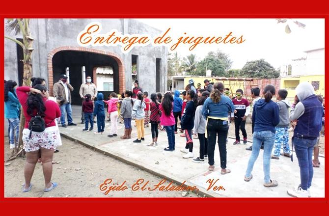 VILLEGAS SIGUE ENTREGANDO JUGUETES EN COMUNIDADES DE COSAMALOAPAN